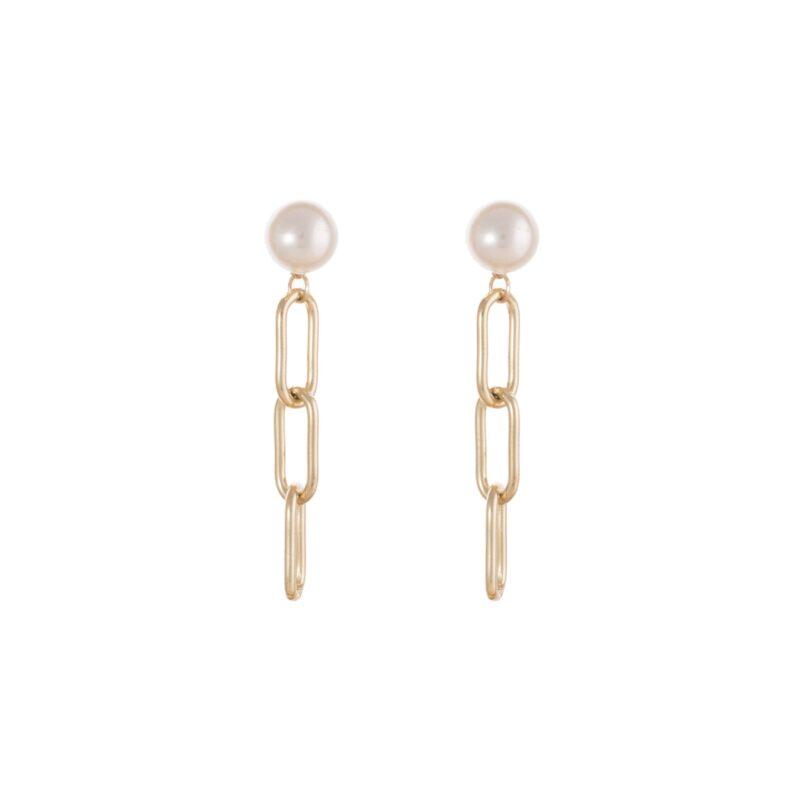 Pendientes con perla y cadena en color dorado.