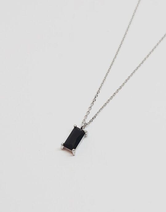 Collar Milán en plata de ley rodiada con colgante rectangular con circonita negra.