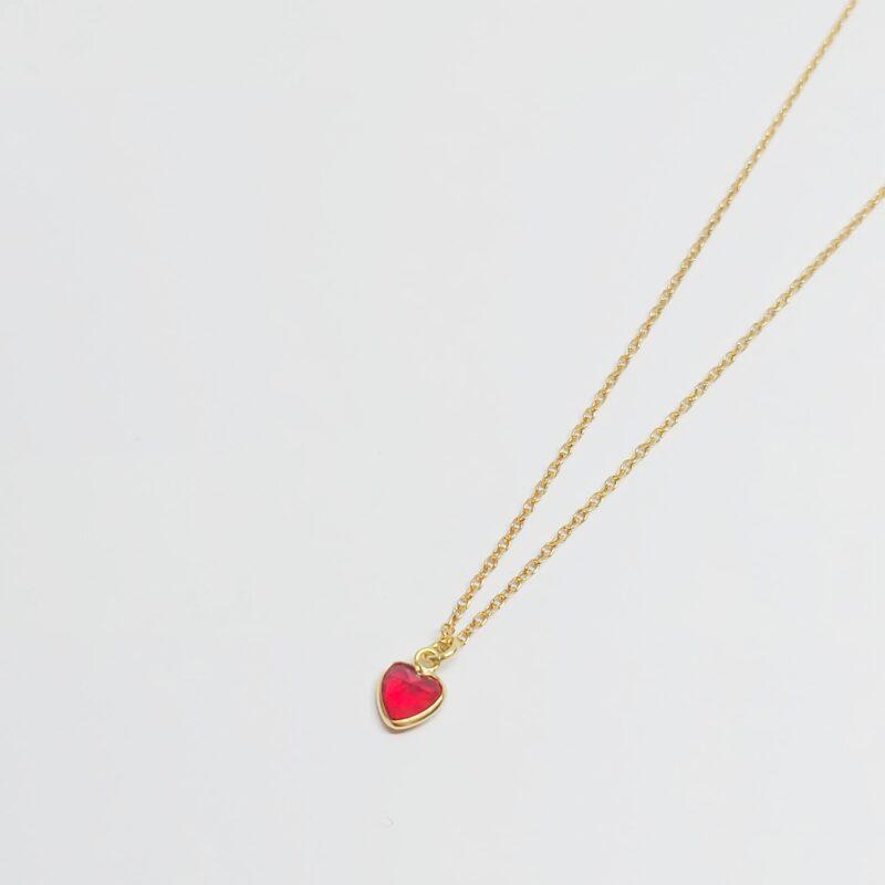 Colar en plata de ley con colgante corazón con circonita roja. Baño de oro.