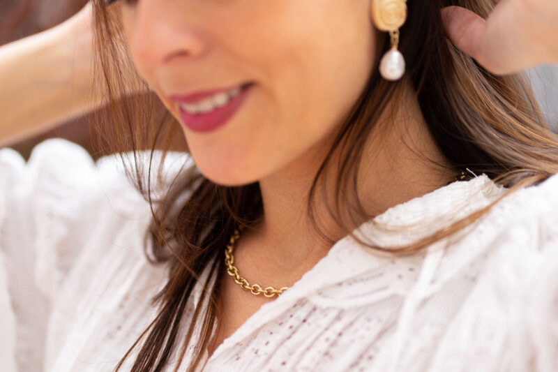Pendientes de fiesta con forma de caracola con perla. Fabricado en zinc y perla.