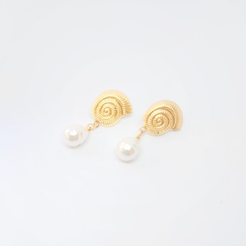 Pendientes de fiesta con forma de caracola con perla.