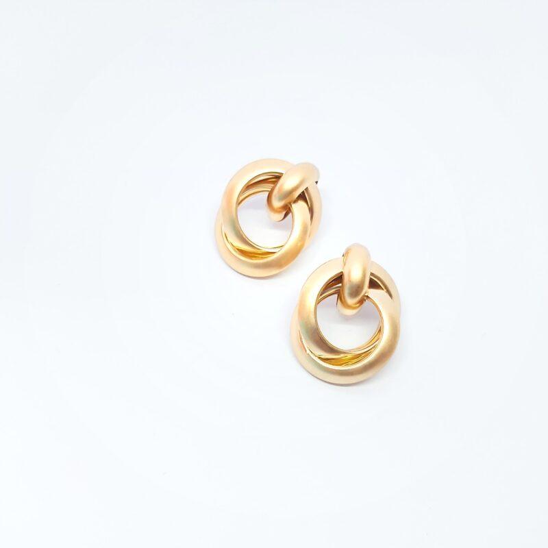 Pendientes Manilva. Pendientes de fiesta en forma de aros entrelazados en color dorado.