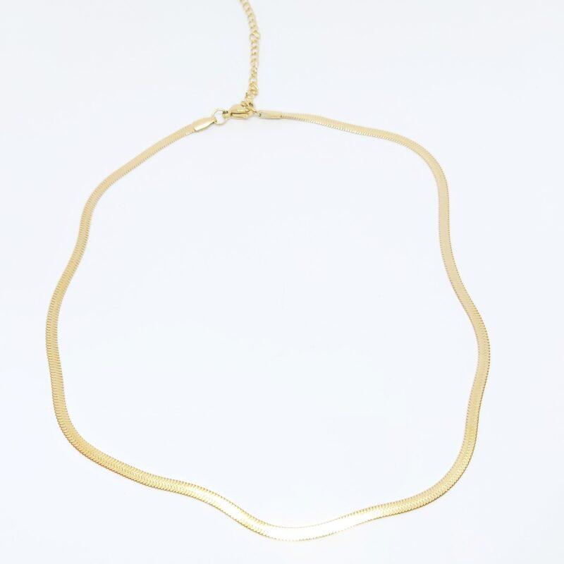 Collar cadena serpenteada en acero color dorado.