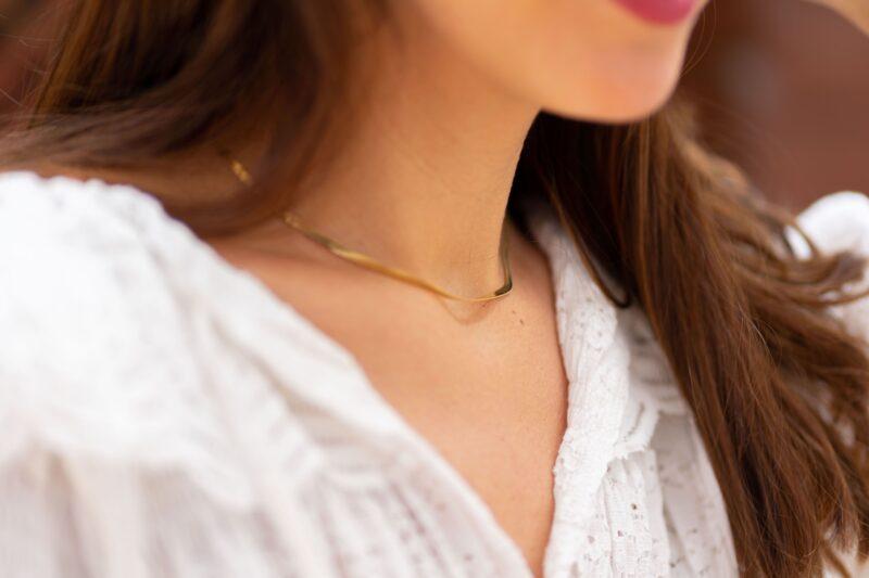 Collar cadena serpenteada en acero inoxidable y color dorado.