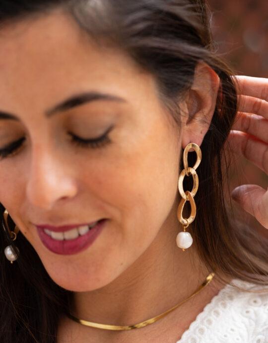 Pendientes en forma de cadena dorada con perla.