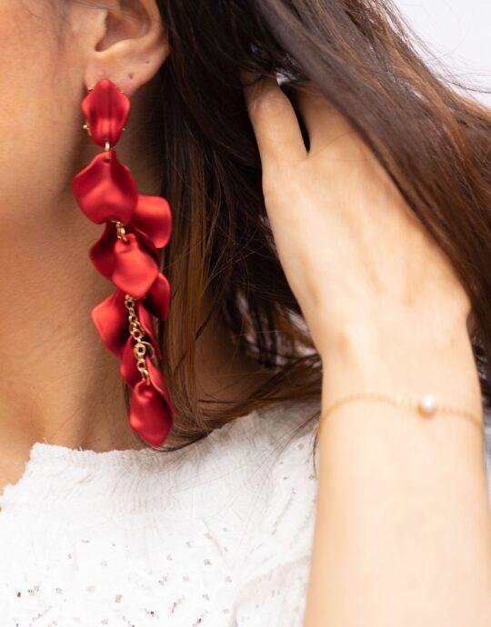 Pendientes de fiesta XXL en forma de cascada con pétalos color rojo. Fabricados en acero y acrílico.
