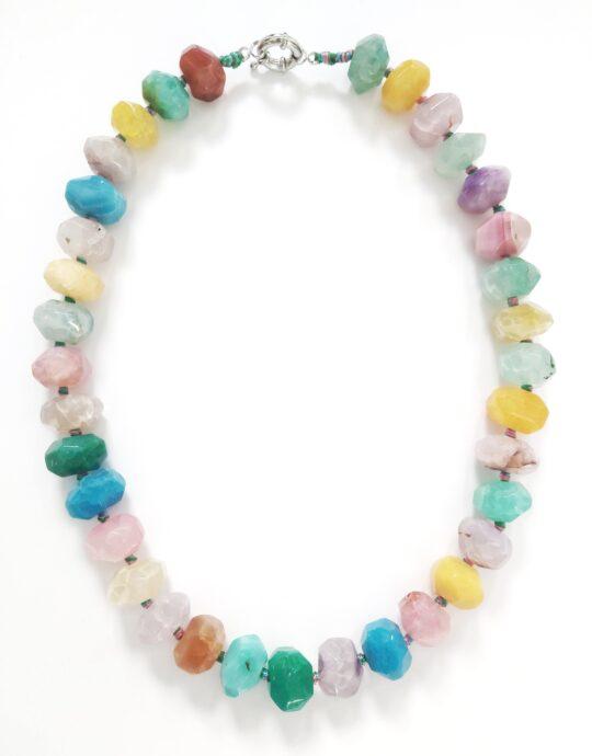 Collar Larisa maxi en acero inoxidable con piedras de colores. Largo: 54´5 cm.