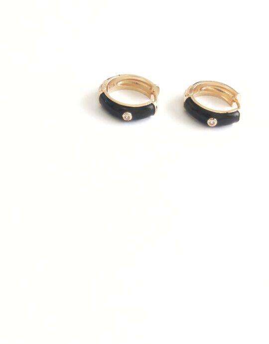 Aretes esmaltados en color negro fabricados en cobre sin níquel. Diámetro: 2 cm.