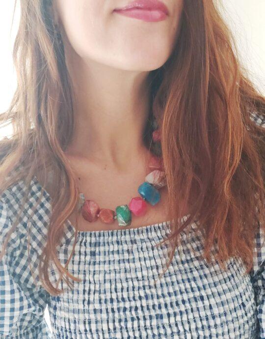 Collar maxi en acero inoxidable con piedras de colores.