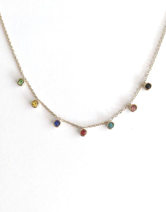 Collar en acero inoxidable con pequeños colgantes con cristales de colores. Bañado en oro.