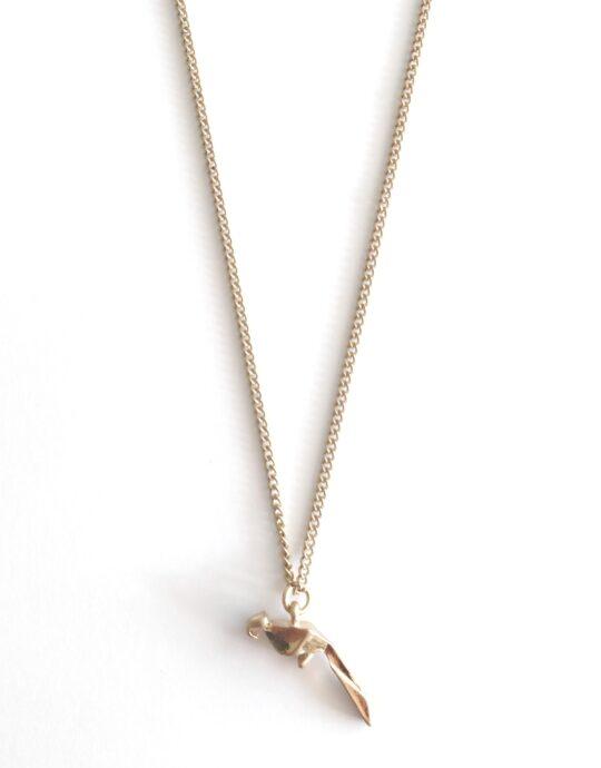 Collar en acero inoxidable con colgante en forma de loro. Bañado en oro. Largo: 47+5 cm.